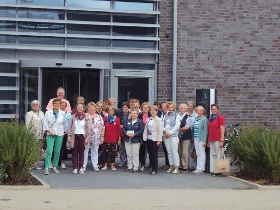 Gruppenbild vor dem neuen Verwaltungsgebäude in Bad Oldesloe