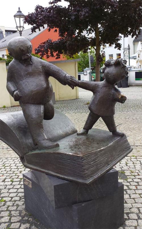 """Bronzestatue vom """"Vater und Sohn"""", der Karikaturen von Ehrich Ohser"""