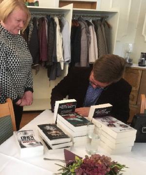 Herr Böhm signiert uns sein Buch