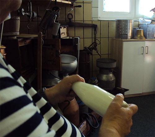 Ganz normale Milchflaschen wurden mit Sahne befüllt und so lange geschüttelt bis sich das Fett von der Milch gelöst hatte und einen schönen Klumpen Butter gebildet hatte