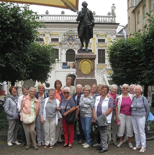 Ein gemeinsames Foto, vor dem Goethedenkmal auf dem Naschmarkt