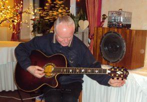 Herr Petzold unterhält die Landfrauen mit seiner Gitarre