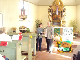 Frau Schumacher und Frau Behnk beim Erntedankgottesdienst 2016