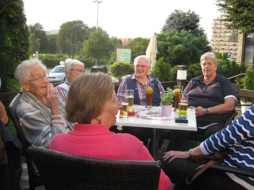Auf der Terrasse des Hotels in Schneidemühl (Pila) konnten wir bei schönem Wetter einen Aperitif einnehmen.