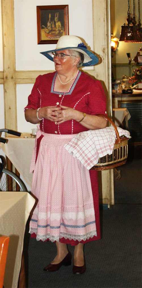 """""""Trine Schabernack"""" (Ilse Spiering) erzählte auf """"Plattdeutsch"""" einiges aus dem Vereinsleben, dass sich im Laufe des Jahres zugetragen hat"""