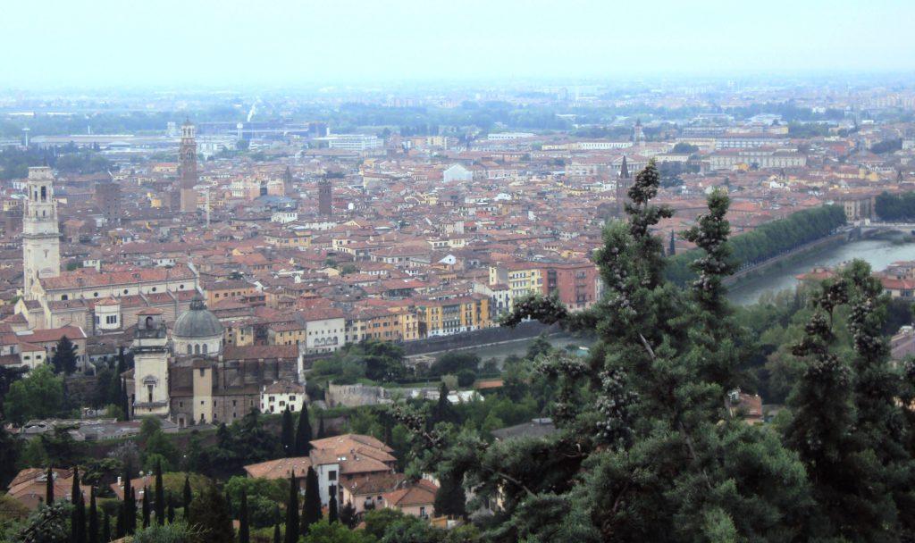 Ein Blick auf die historische Stadt Verona.