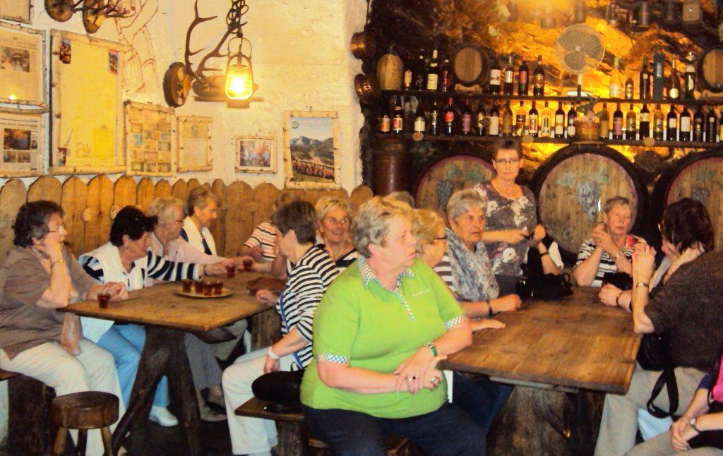 Eine kleine Taverne, die von zwei über 80jährige Herren mit einem kleinen Weingut das immer noch bewirtschaftet wird.