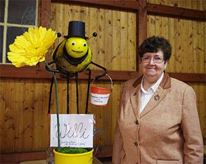 """Ehrenvorsitzenden Frau Magret Radtke mit der Biene """"Willi"""""""