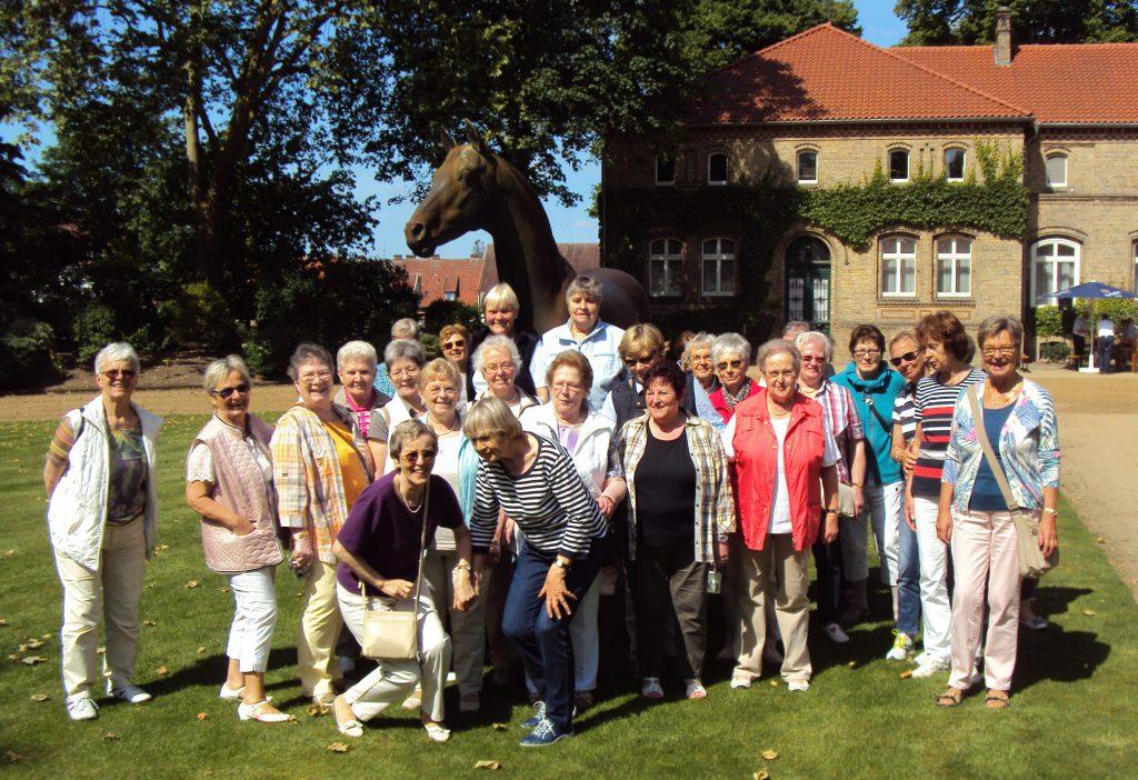 Gruppenbild am Pferdestandbild des Landgestüt Nordrhein- Westfalens in Warendorf