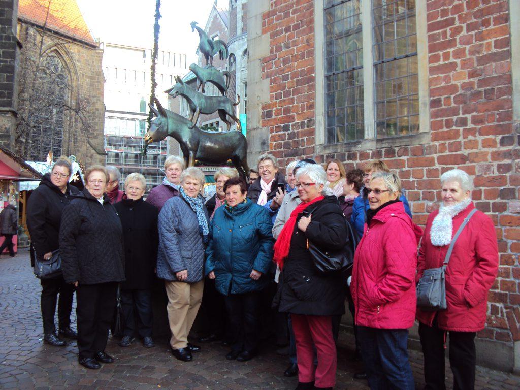 Gruppenbild vor den Bremer Stadtmusikanten