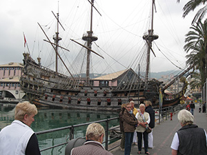 Nachgebaute Kogge im Hafen von Genua