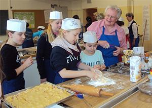 Backen mit den Schülern der Klaus- Groth- Schule