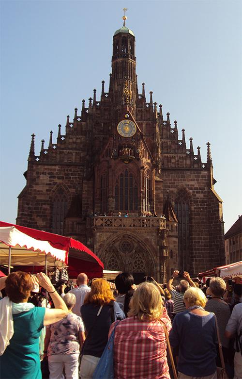 """Das """"Männleinlaufen"""" mit dem Glockenspiel der Frauenkirche in Nürnberg."""
