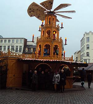 Weltgrößte begehbare Weihnachtspyramide in Rostock