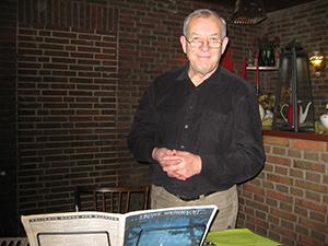 Herr Mörschbacher spielt Weihnachtslieder an der Hammondorgel