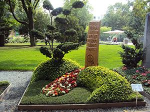 Grabschmuck auf der internationalen Gartenschau in Hamburg- Wilhelmsburg