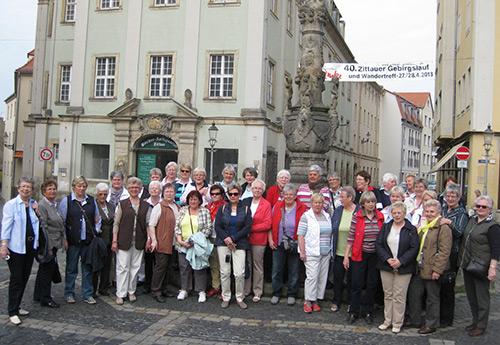 Gruppenbild vor dem Marsbrunnen in Zittau
