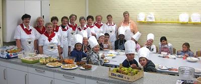 Gruppenfoto beim Kochen in der Masurenweg-Schule