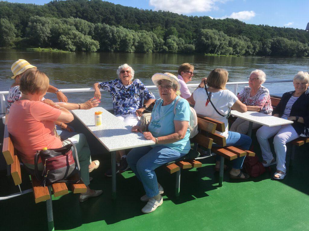Die Landfrauen auf der Elbe