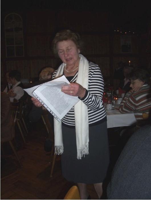 Frau Radtke liest ein Gedicht auf der Weihnachtsfeier 2008