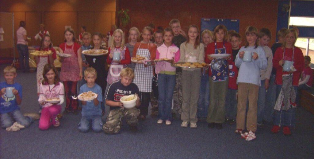 Kinder beim gesunden Pausenapfel