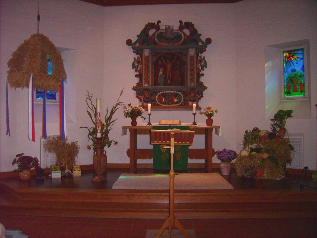 Geschmückter Altar in der Tralauer Kirche